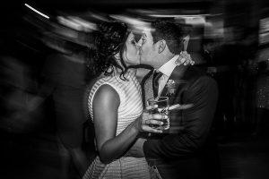 Boda en Arroyomolinos de la Vera de Tamara y David realizada por el fotógrafo de bodas en Cáceres Johnny García, los novios se besan al terminar el baile