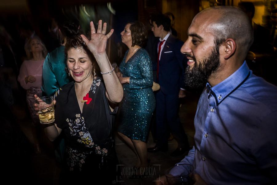 Boda en Arroyomolinos de la Vera de Tamara y David realizada por el fotógrafo de bodas en Cáceres Johnny García, invitados dándolo todo en el baile