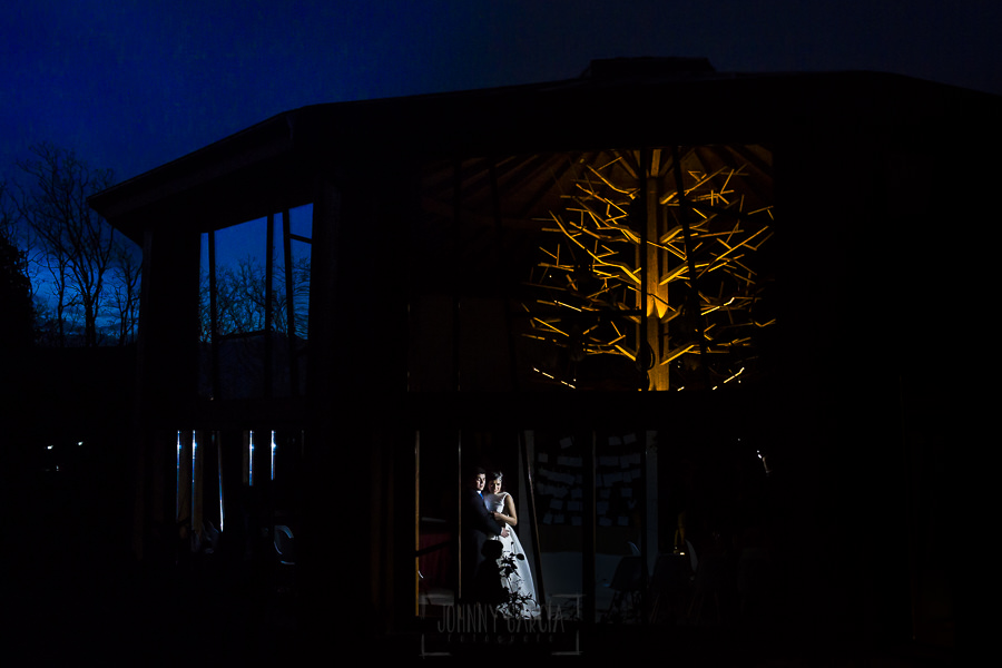 Boda en Arroyomolinos de la Vera de Tamara y David realizada por el fotógrafo de bodas en Cáceres Johnny García, una foto de la pareja al caer la noche