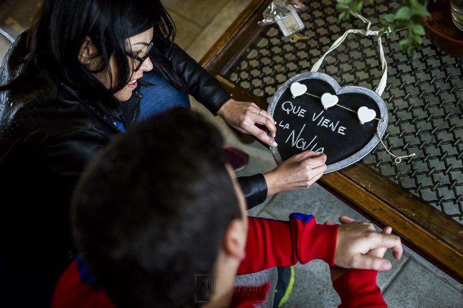 Boda en Arroyomolinos de la Vera de Tamara y David realizada por el fotógrafo de bodas en Cáceres Johnny García, Tamara y david preparan la pizarra de los niños