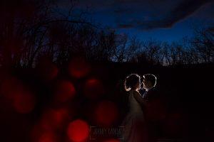 Boda en Arroyomolinos de la Vera de Tamara y David realizada por el fotógrafo de bodas en Cáceres Johnny García, Tamara y David a contraluz bajo un cielo azul