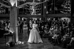 Boda en Arroyomolinos de la Vera de Tamara y David realizada por el fotógrafo de bodas en Cáceres Johnny García, la pareja viendo un video que prepararon para los invitados.