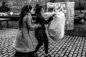Boda en Arroyomolinos de la Vera de Tamara y David realizada por el fotógrafo de bodas en Cáceres Johnny García, Tamara con su vestido y una amiga