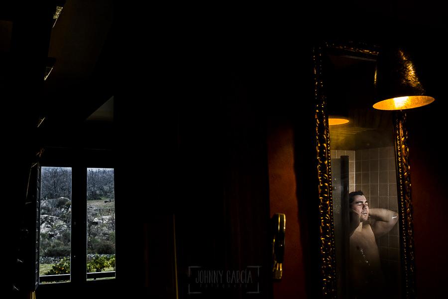 Boda en Arroyomolinos de la Vera de Tamara y David realizada por el fotógrafo de bodas en Cáceres Johnny García, David en la ducha