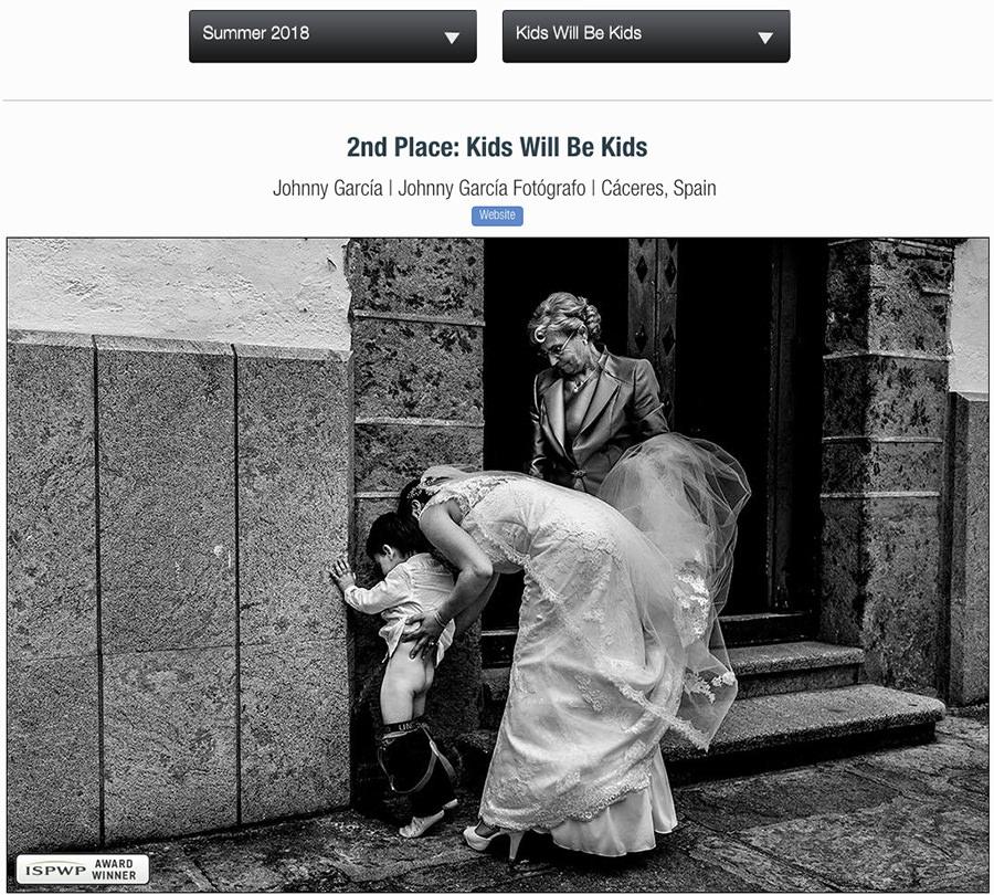 Fotografía de boda premiada en la ISPWP en su convocatoria Summer 2018 realizada por el fotógrafo de bodas en salamanca Johnny García, en esta foto la novia junto a su hijo en la puerta de la iglesia ayudándole a que haga un pis