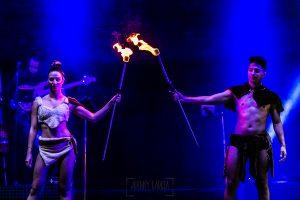 Fotografías de los directos de la orquesta Diamante el Show del Calvo en Candelario y Torrecillas de la Tiesa realizadas por el fotógrafo en España Johnny García. Los malabaristas con fuego.