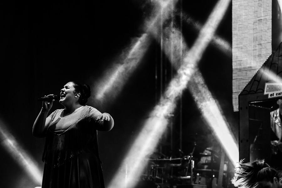 Fotografías de los directos de la orquesta Diamante el Show del Calvo en Candelario y Torrecillas de la Tiesa realizadas por el fotógrafo en España Johnny García. Una de las cantantes.