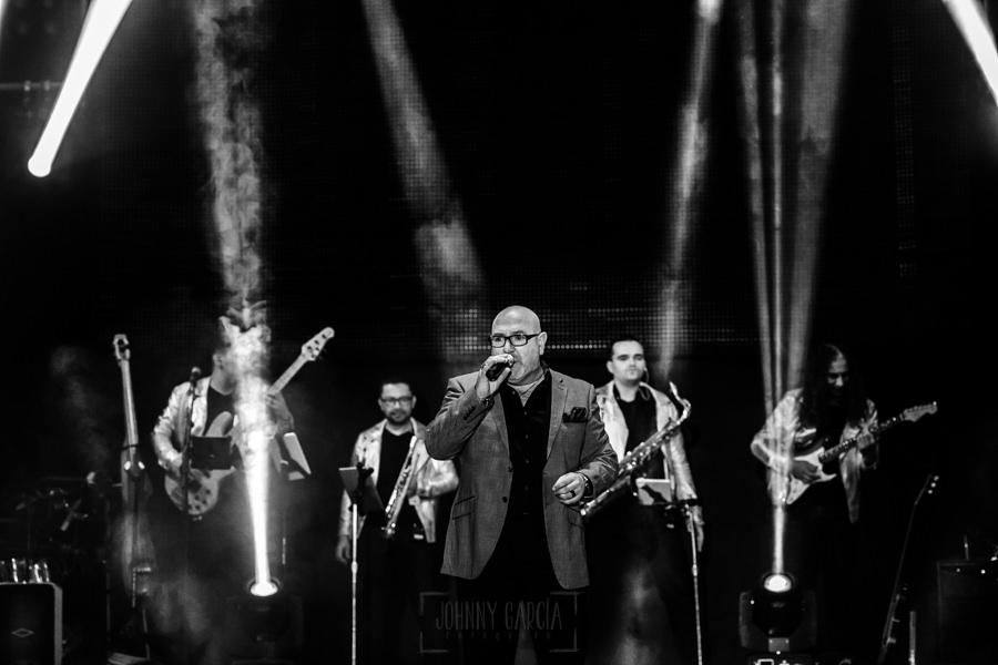 Fotografías de los directos de la orquesta Diamante el Show del Calvo en Candelario y Torrecillas de la Tiesa realizadas por el fotógrafo en España Johnny García. CArlos junto a los miembros de la orquesta.