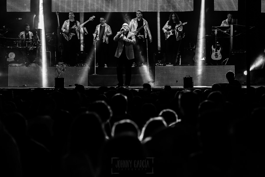 Fotografías de los directos de la orquesta Diamante el Show del Calvo en Candelario y Torrecillas de la Tiesa realizadas por el fotógrafo en España Johnny García. Carlos en plena actuación.