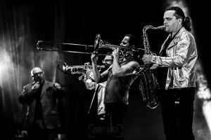 Fotografías de los directos de la orquesta Diamante el Show del Calvo en Candelario y Torrecillas de la Tiesa realizadas por el fotógrafo en España Johnny García. Los vientos en la actuación.