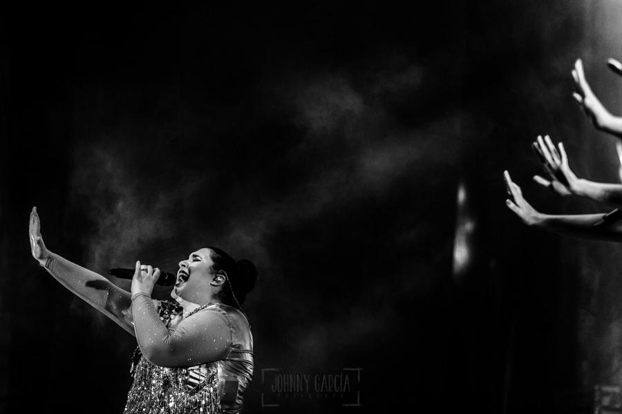 Fotografías de los directos de la orquesta Diamante el Show del Calvo en Candelario y Torrecillas de la Tiesa realizadas por el fotógrafo en España Johnny García. Retrato de una cantante.