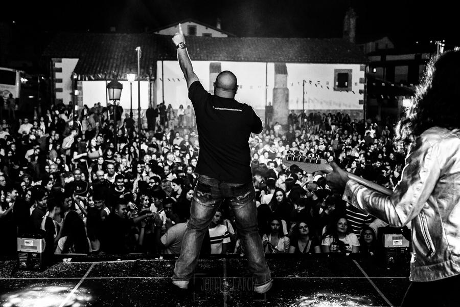 Fotografías de los directos de la orquesta Diamante el Show del Calvo en Candelario y Torrecillas de la Tiesa realizadas por el fotógrafo en España Johnny García. Carlos saluda al público de Candelario.