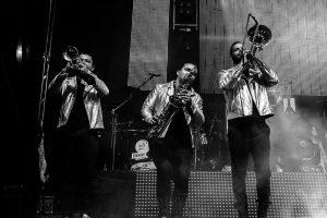 Fotografías de los directos de la orquesta Diamante el Show del Calvo en Candelario y Torrecillas de la Tiesa realizadas por el fotógrafo en España Johnny García. Retrato de los vientos.