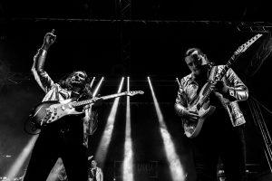 Fotografías de los directos de la orquesta Diamante el Show del Calvo en Candelario y Torrecillas de la Tiesa realizadas por el fotógrafo en España Johnny García. Guitarristas.