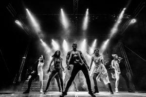 Fotografías de los directos de la orquesta Diamante el Show del Calvo en Candelario y Torrecillas de la Tiesa realizadas por el fotógrafo en España Johnny García. Bailarines en blanco y negro.