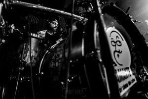 Fotografías de los directos de la orquesta Diamante el Show del Calvo en Candelario y Torrecillas de la Tiesa realizadas por el fotógrafo en España Johnny García. Retrato del Batería en plena acción.