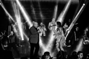 Fotografías de los directos de la orquesta Diamante el Show del Calvo en Candelario y Torrecillas de la Tiesa realizadas por el fotógrafo en España Johnny García. Carlos junto a una de las cantantes haciendo un duo.
