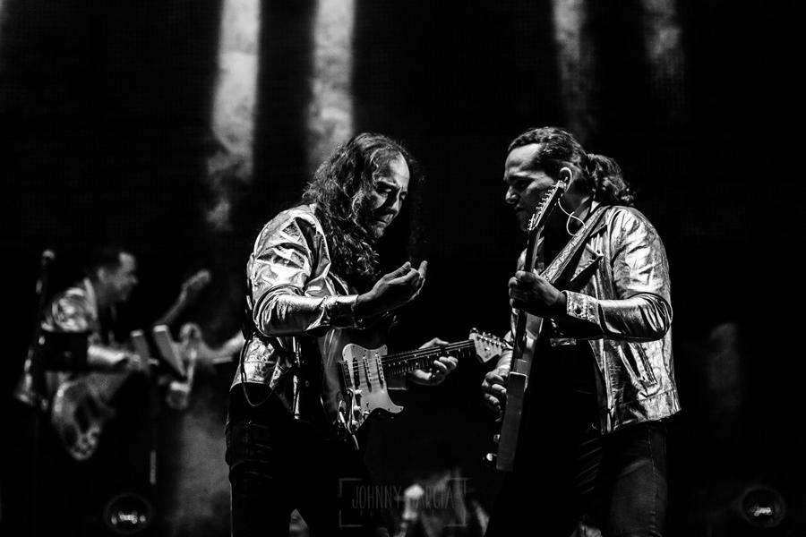 Fotografías de los directos de la orquesta Diamante el Show del Calvo en Candelario y Torrecillas de la Tiesa realizadas por el fotógrafo en España Johnny García. Los dos guitarras.