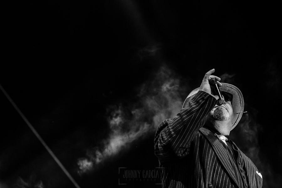 Fotografías de los directos de la orquesta Diamante el Show del Calvo en Candelario y Torrecillas de la Tiesa realizadas por el fotógrafo en España Johnny García. Un retrato de Cralos mientras canta.