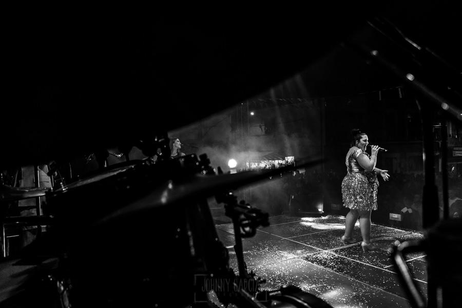 Fotografías de los directos de la orquesta Diamante el Show del Calvo en Candelario y Torrecillas de la Tiesa realizadas por el fotógrafo en España Johnny García. Una vista desde detrás del escenario mientras canta una cantante.