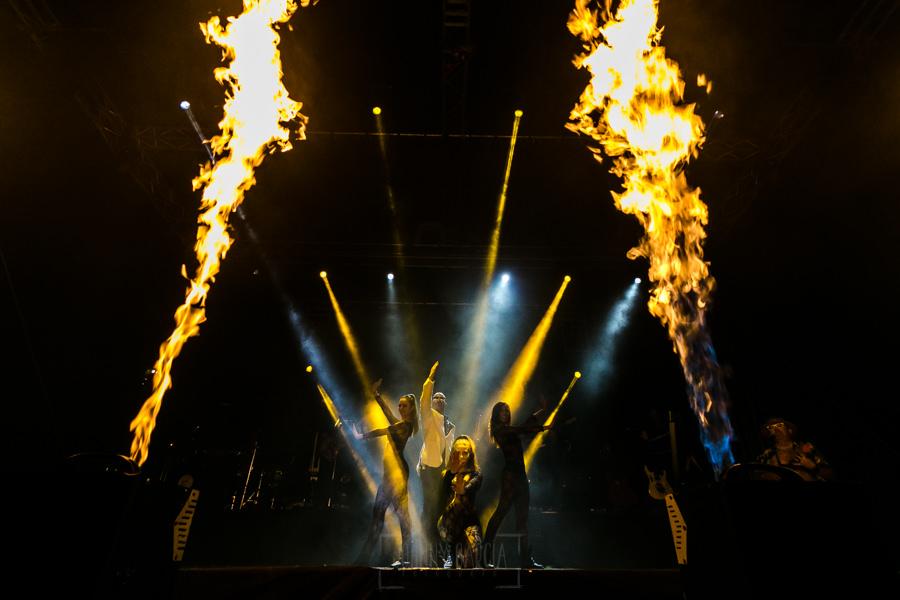 Fotografías de los directos de la orquesta Diamante el Show del Calvo en Candelario y Torrecillas de la Tiesa realizadas por el fotógrafo en España Johnny García. Una imagen rodeada de los efectos de fuego que lleva la orquesta.