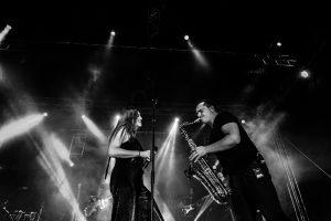 Fotografías de los directos de la orquesta Diamante el Show del Calvo en Candelario y Torrecillas de la Tiesa realizadas por el fotógrafo en España Johnny García. Cantante y saxofonista a duo.