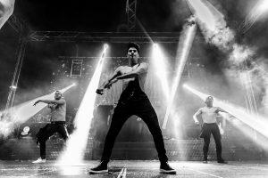 Fotografías de los directos de la orquesta Diamante el Show del Calvo en Candelario y Torrecillas de la Tiesa realizadas por el fotógrafo en España Johnny García. Un momento de la coreografía.