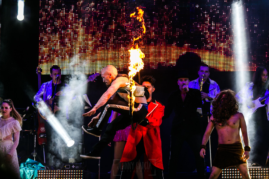 Fotografías de los directos de la orquesta Diamante el Show del Calvo en Candelario y Torrecillas de la Tiesa realizadas por el fotógrafo en España Johnny García. un malabarista saltando por un aro de fuego.