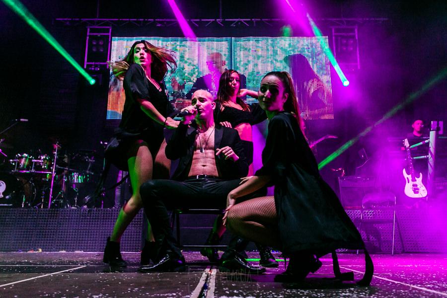 Fotografías de los directos de la orquesta Diamante el Show del Calvo en Candelario y Torrecillas de la Tiesa realizadas por el fotógrafo en España Johnny García. Big Mambo rodeado de las chicas.