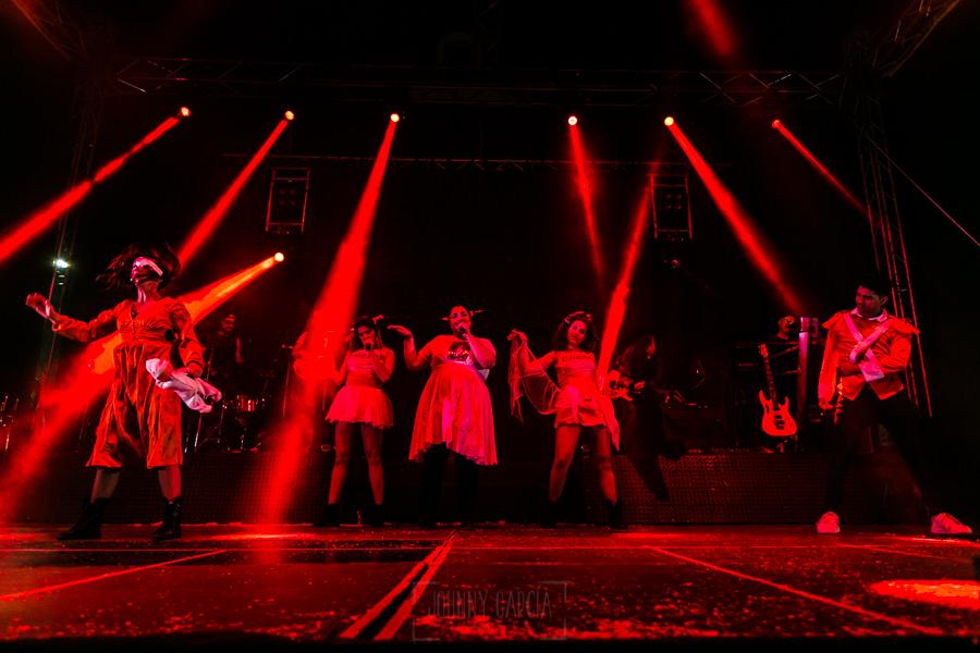 Fotografías de los directos de la orquesta Diamante el Show del Calvo en Candelario y Torrecillas de la Tiesa realizadas por el fotógrafo en España Johnny García. El escenario todo con luz roja.