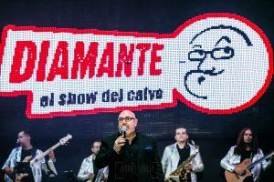 Fotografías de los directos de la orquesta Diamante el Show del Calvo en Candelario y Torrecillas de la Tiesa realizadas por el fotógrafo en España Johnny García. Carlos, el calvo., cantando.
