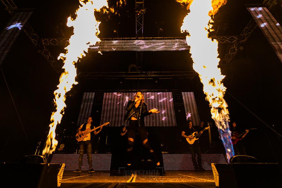 Fotografías de los directos de la orquesta Diamante el Show del Calvo en Candelario y Torrecillas de la Tiesa realizadas por el fotógrafo en España Johnny García. Efectos de fuego durante el show.