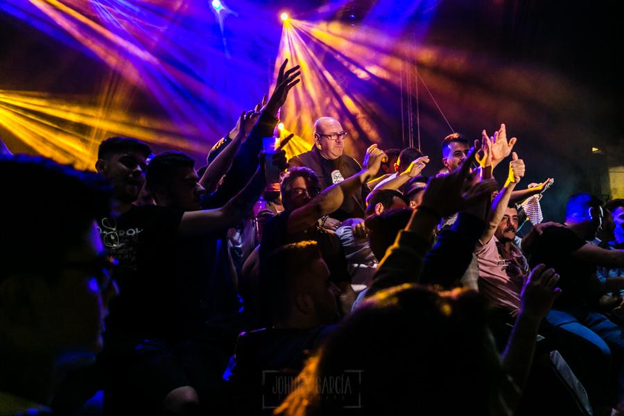 Fotografías de los directos de la orquesta Diamante el Show del Calvo en Candelario y Torrecillas de la Tiesa realizadas por el fotógrafo en España Johnny García. Carlos rodeado del público de Torrecillas de la Tiesa.
