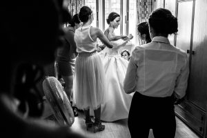 Bodas en Hervás, la boda de Laura y Carlos realizada por Johnny Garcia, fotógrafo de bodas en Extremadura, las amigas de Laura la ayudan a vestirse