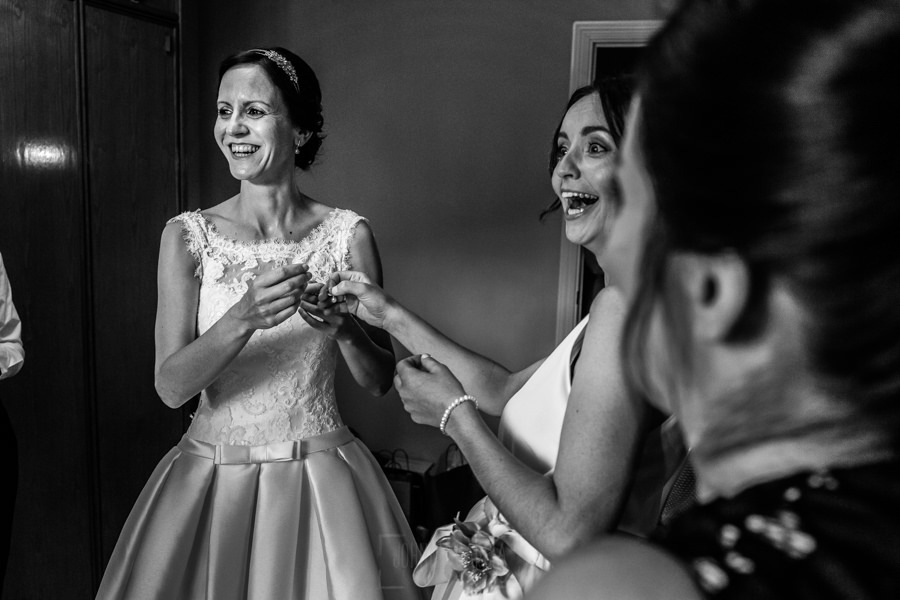 Bodas en Hervás, la boda de Laura y Carlos realizada por Johnny Garcia, fotógrafo de bodas en Extremadura, Laura sonríe junto a sus amigas