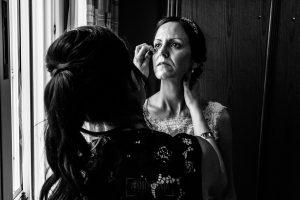 Bodas en Hervás, la boda de Laura y Carlos realizada por Johnny Garcia, fotógrafo de bodas en Extremadura, Laura emocionada en casa de sus padres.