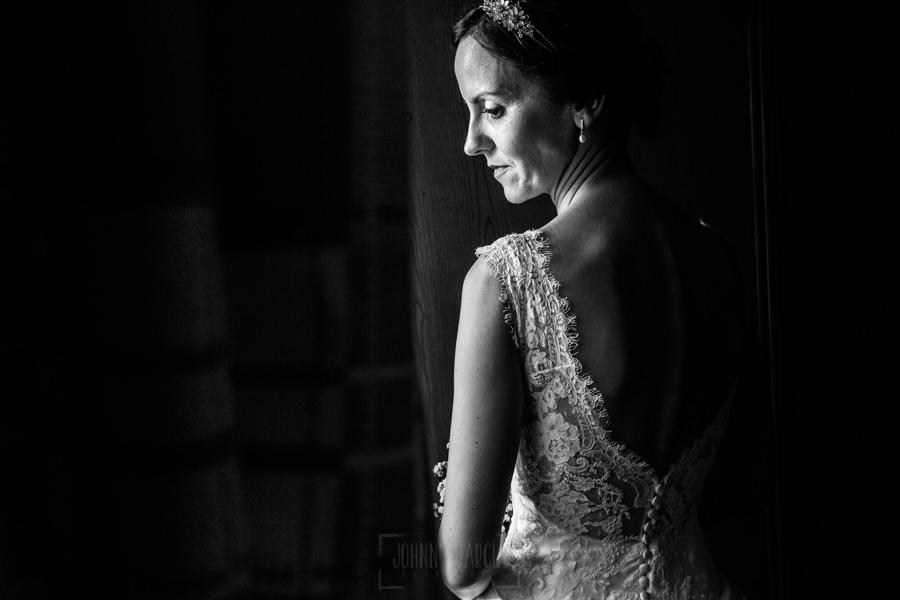 Bodas en Hervás, la boda de Laura y Carlos realizada por Johnny Garcia, fotógrafo de bodas en Extremadura, un retrtao en blanco y negro de Laura