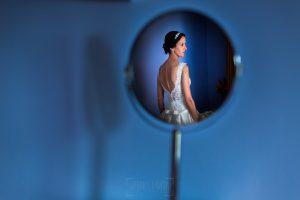 Bodas en Hervás, la boda de Laura y Carlos realizada por Johnny Garcia, fotógrafo de bodas en Extremadura, una foto de Laura reflejada en un espejo