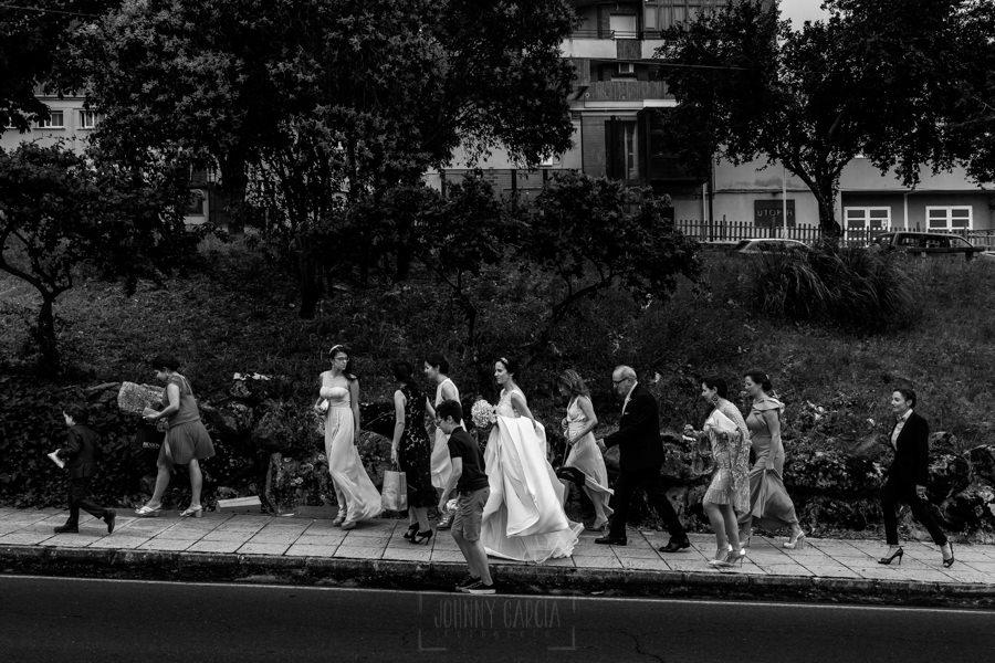 Bodas en Hervás, la boda de Laura y Carlos realizada por Johnny Garcia, fotógrafo de bodas en Extremadura, Laura camino del hotel Sinagoga junto a todas sus amigas
