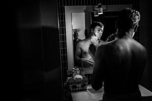 Bodas en Hervás, la boda de Laura y Carlos realizada por Johnny Garcia, fotógrafo de bodas en Extremadura, Carlos se afeita.