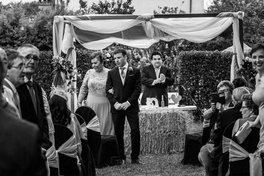 Bodas en Hervás, la boda de Laura y Carlos realizada por Johnny Garcia, fotógrafo de bodas en Extremadura, Carlos espera junto a su madre en el altar