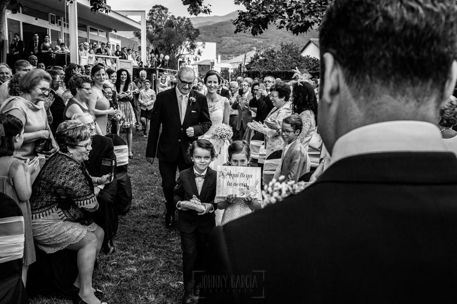 Bodas en Hervás, la boda de Laura y Carlos realizada por Johnny Garcia, fotógrafo de bodas en Extremadura, Laura se acerca al altar del brazo de su padre.