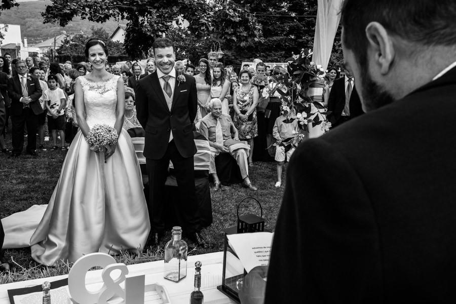 Bodas en Hervás, la boda de Laura y Carlos realizada por Johnny Garcia, fotógrafo de bodas en Extremadura, Laura y Carlos escuchan el discurso de uno de sus amigos