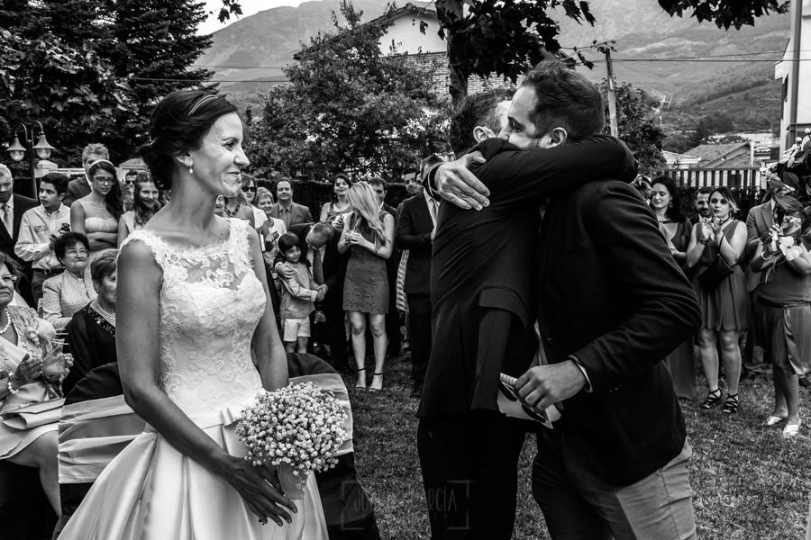 Bodas en Hervás, la boda de Laura y Carlos realizada por Johnny Garcia, fotógrafo de bodas en Extremadura, Carlos abrazo a un amigo