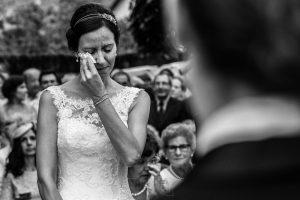 Bodas en Hervás, la boda de Laura y Carlos realizada por Johnny Garcia, fotógrafo de bodas en Extremadura, Laura se emociona con el discurso de su amiga