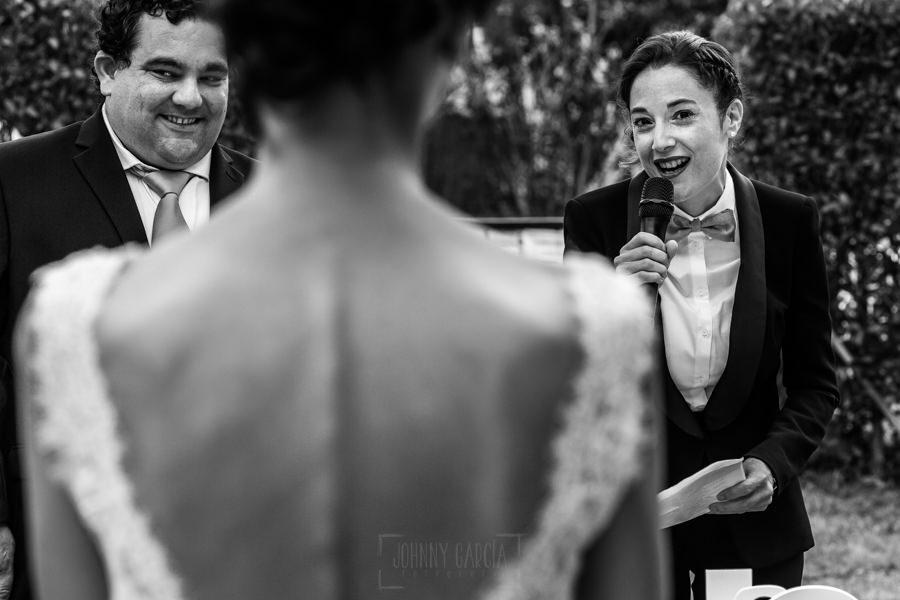 Bodas en Hervás, la boda de Laura y Carlos realizada por Johnny Garcia, fotógrafo de bodas en Extremadura, Lia, amiga de Laura, dando un discurso.