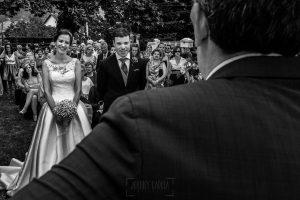 Bodas en Hervás, la boda de Laura y Carlos realizada por Johnny Garcia, fotógrafo de bodas en Extremadura, Carlos escucha a un amigo que le dedica unas palabras