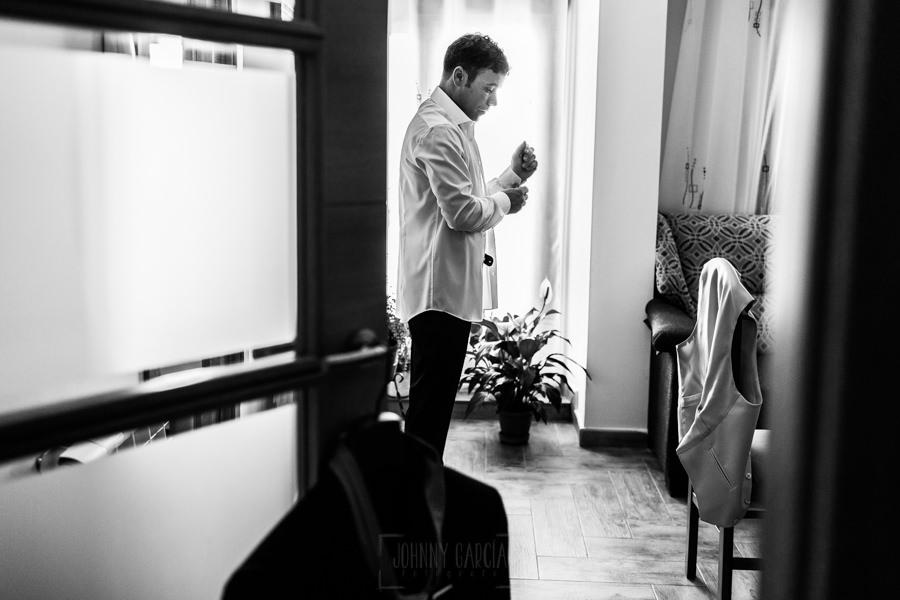 Bodas en Hervás, la boda de Laura y Carlos realizada por Johnny Garcia, fotógrafo de bodas en Extremadura, Carlos se empieza a vestir.