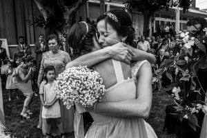 Bodas en Hervás, la boda de Laura y Carlos realizada por Johnny Garcia, fotógrafo de bodas en Extremadura, Laura abraza a su sobrina.