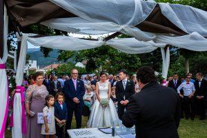 Bodas en Hervás, la boda de Laura y Carlos realizada por Johnny Garcia, fotógrafo de bodas en Extremadura, Imagen de los novios en el altar